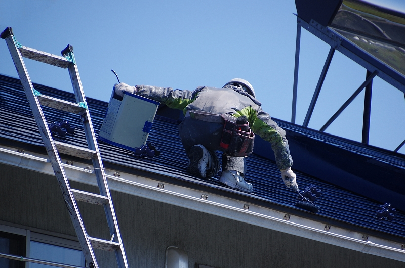 屋根の塗装が必要な理由3つとは?作業内容と手入れ時期も紹介